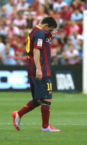 28.set.2013 - Messi deixa o campo após se lesionar durante o jogo contra o Almería, pelo Campeonato Espanhol