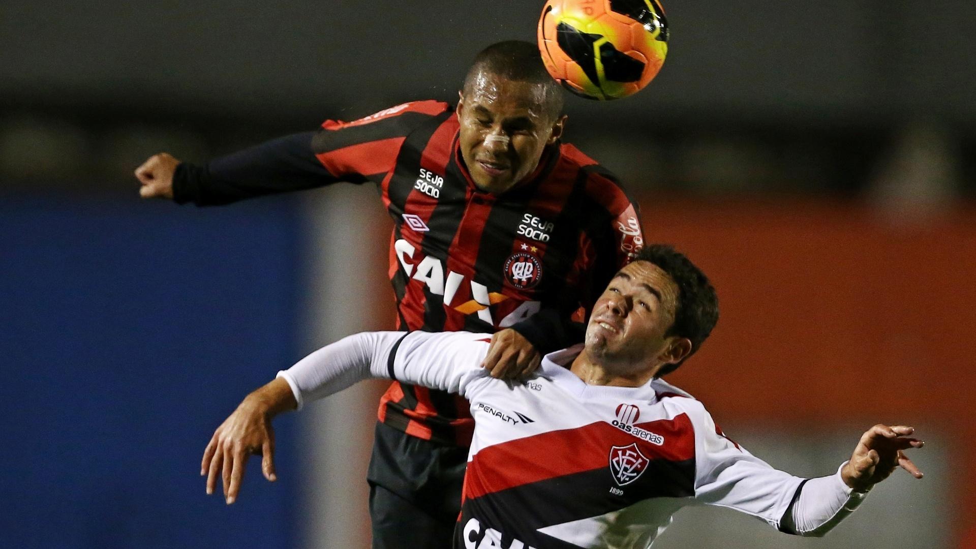 29.set.2013 - Jonas, do Atlético-PR, disputa a bola com o lateral-esquerdo Juan, do Vitória, em jogo do Campeonato Brasileiro