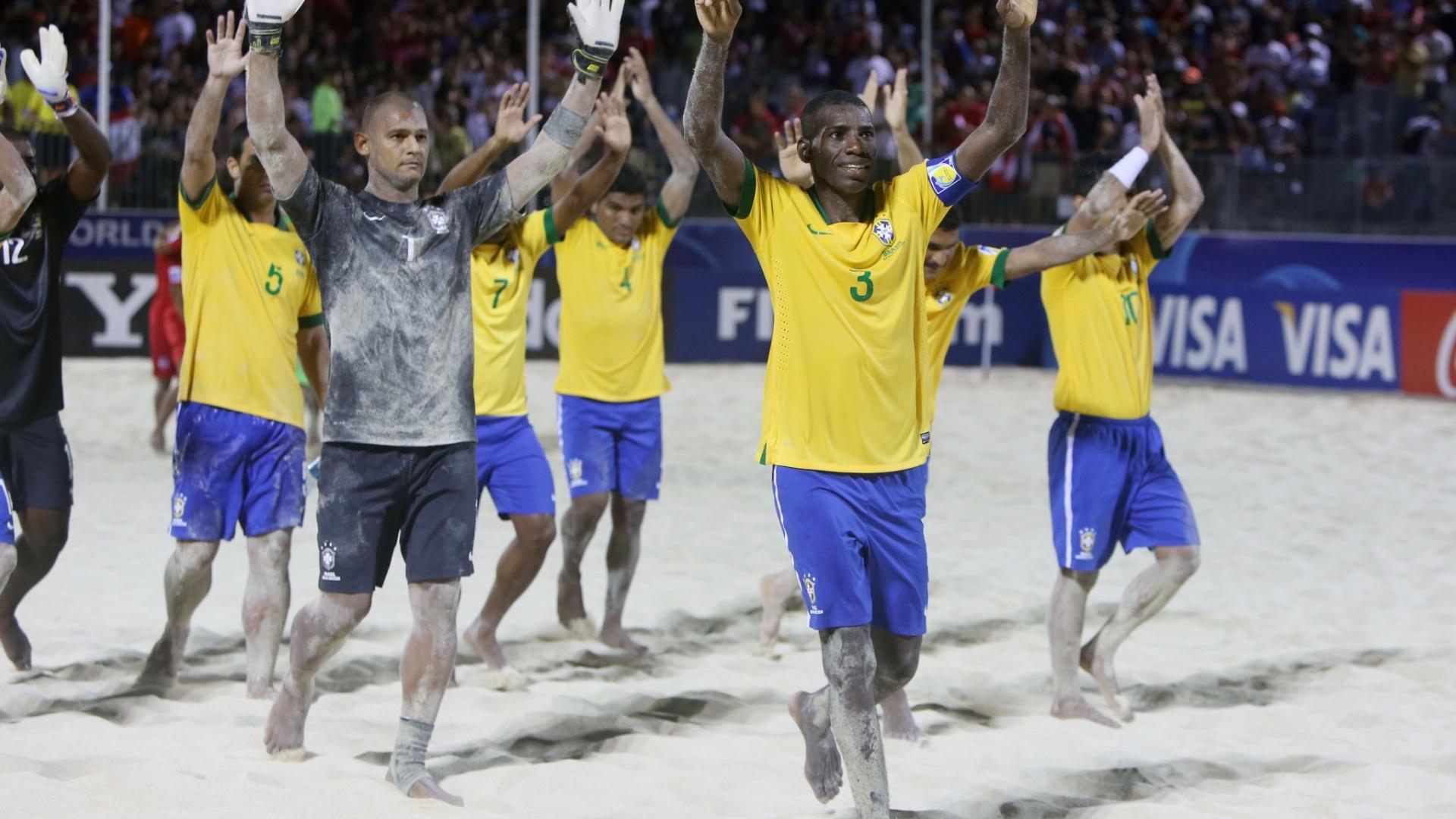 Seleção brasileira comemora o terceiro lugar no Mundial de futebol de areia