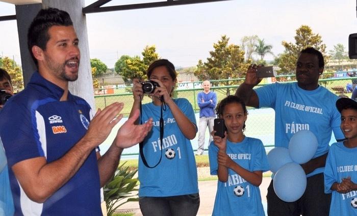 30 setembro 2013 - Goleiro Fábio teve festa surpresa de integrantes de um fã clube, na Toca da Raposa II, nesta segunda-feira