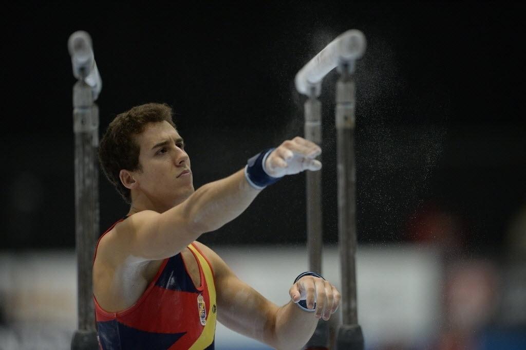 30.09.2013 - Fabian Gonzales, da Espanha, se prepara para iniciar a sua série nas barras paralelas no Mundial de Ginástica