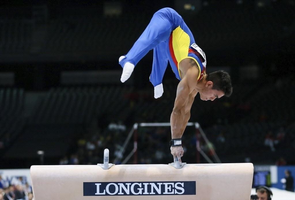30.set.2013 - Ginasta Jossimar Moreno, da Colômbia, se equilibra durante apresentação no cavalo no Mundial de Ginástica