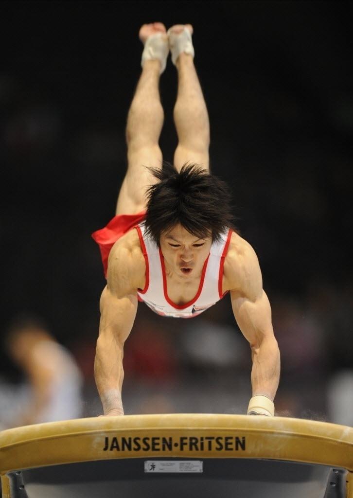 30.set.2013 - Kohei Uchimura faz força para pular o cavalo durante apresentação no Mundial de Ginástica na Antuérpia (BEL)