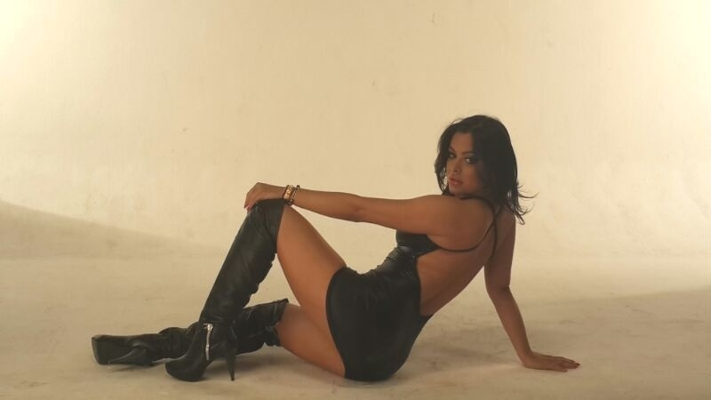 30.set,.2013 - Musa da Copa de 2010, Larissa Riquelme faz pose em ensaio sensual