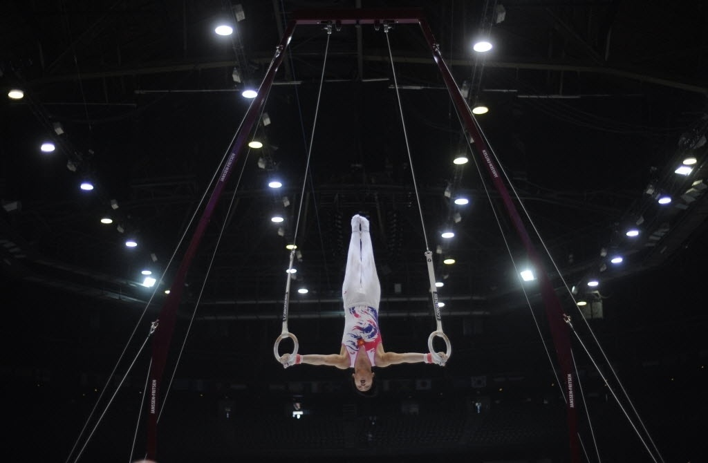 30.set.2013 - Viatnamita Tung le Thanh durante a sua apresentação nas argolas no Mundial de Ginástica na Antuérpia (BEL)