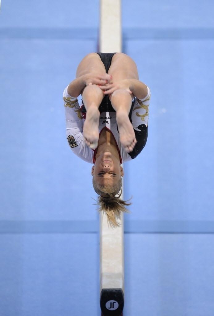 01.10.2013 - Elisabeth Seitz, da Alemanha, executa cambalhota no ar e se equilibra na trave durante prova no Mundial