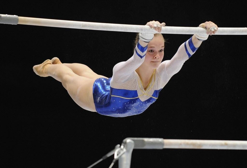 01.10.2013 - Ida Gustafsson, da Suécia, executa sua série nas barras assimétricas nas eliminatórias do Individual Geral