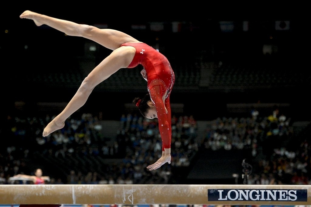 01.10.2013 - Kyla Ross, dos Estados Unidos, faz movimento e se equilibra na trave durante as eliminatórias no Mundial