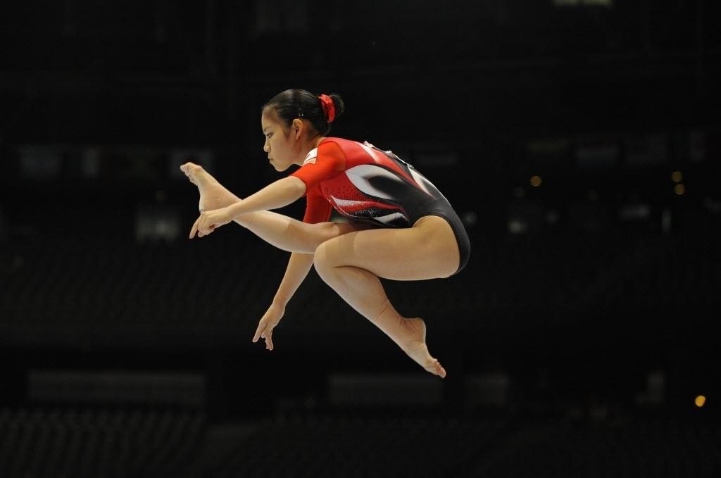 01.10.2013 - Yu Minobe, do Japão, executa sua série na trave no Mundial de Ginástica