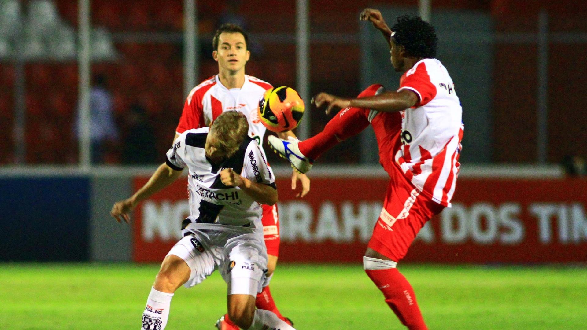01.out.2013 - Martinez observa disputa de bola entre Elicarlos e Adrianinho