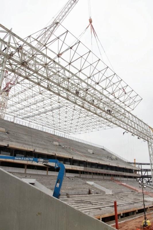 21.set.2013 - Arena Pantanal completa a instalação de sexta estrutura metálica que sustentará cobertura