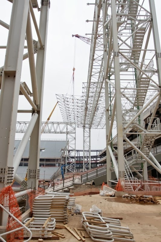 21.set.2013 - Cobertura nas alas Norte e Sul da Arena Pantanal pesará 250 toneladas quando estiver pronta