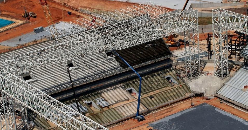 25.set.2013 - Vista aérea das arquibancadas e da estrutura metálica da Arena Pantanal