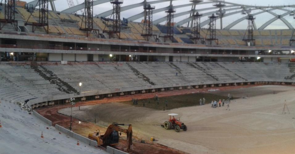 30.set.2013 - Com início do plantio do gramado, trabalhos na Arena da Amazônia, em Manaus, atingem 84,03%, segundo o governo local