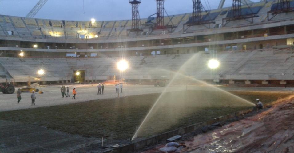 30.set.2013 - Operários da Arena da Amazônia dão início a plantio do gramado