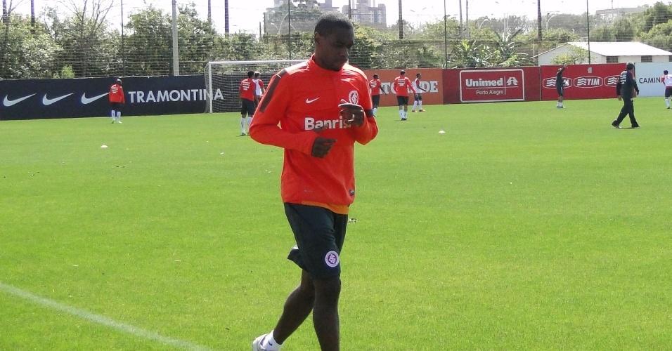 Zagueiro Juan corre ao redor do gramado 1 do CT do Parque Gigante durante treino do Inter (01/10/2013)