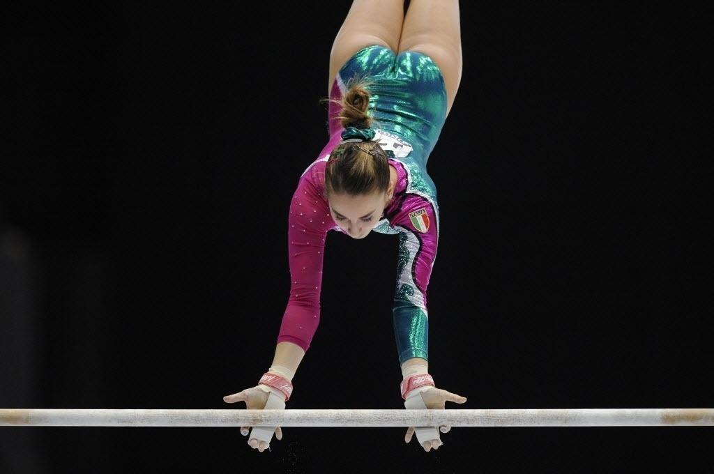 02.10.2013 - Carlotta Ferlito, da Itália, faz sua apresentação nas barras durante as eliminatórias no Mundial da Bélgica