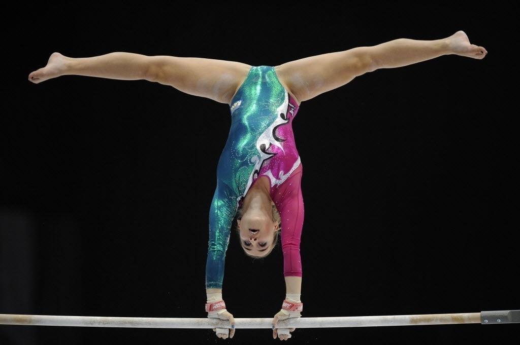 02.10.2013 - Carlotta Ferlito, da Itália, se apresenta nas barras assimétricas no Mundial da Antuérpia
