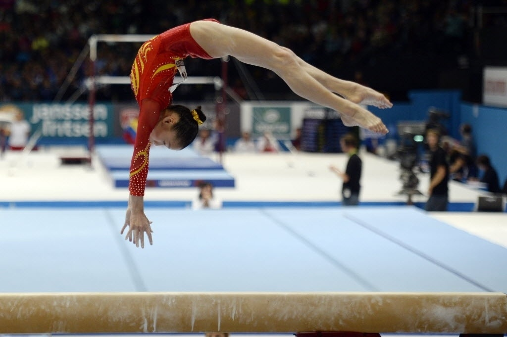 02.10.2013 - Chunsong Shang, da China, se apresenta na trave nas eliminatórias do Mundial de Ginástica