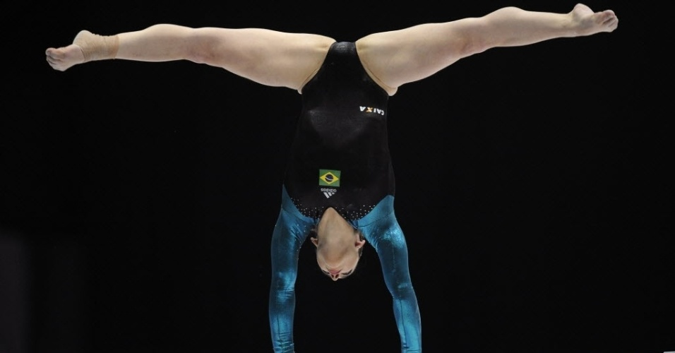 02.10.2013 - Daniele Hypolito se equilibra nas barras assimétricas, sua primeira prova no Mundial da Antuérpia