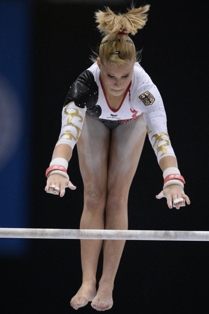 02.10.2013 - Elisabeth Seitz, da Alemanha, realiza sua série nas barras assimétricas durante o Mundial