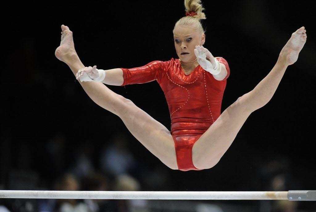 02.10.2013 - Tatiana Nabieva, da Rússia, executa sua série nas barras assimétricas no Mundial da Antuérpia