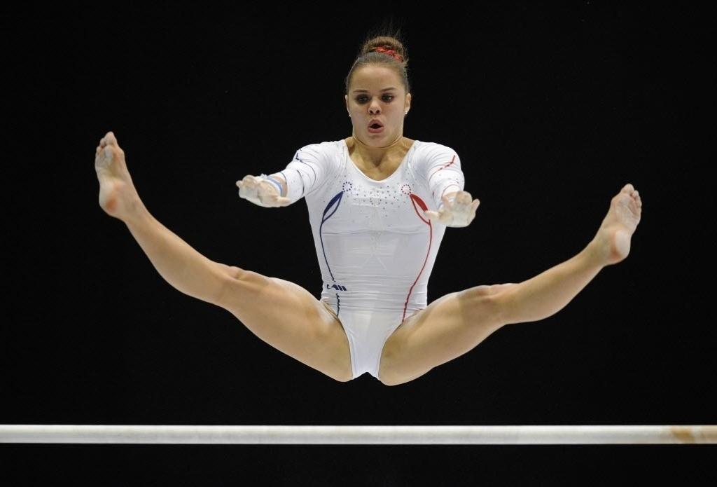 02.10.2013 - Valentine Sabatou, da França, compete nas barras durante as eliminatórias do Mundial