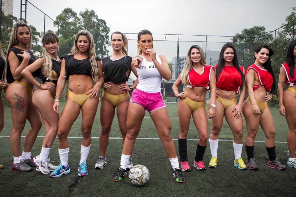 02.out.2013 - Andressa Urach apita jogo de futebol com candidatas do Miss Bumbum Brasil 2013, na Lapa, zona oeste de São Paulo