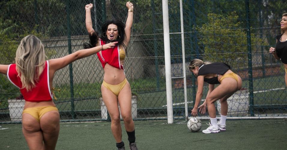 02.out.2013 - Candidatas ao Miss Bumbum Brasil 2013 disputam partida de futebol em São Paulo