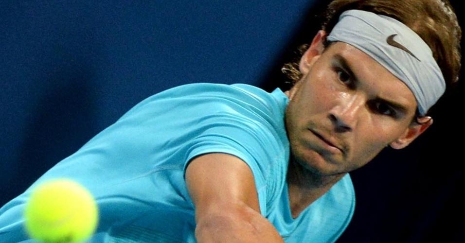 02.out.2013 - Concentrado, Rafael Nadal tenta jogada contra Philipp Kohlschreiber em Pequim