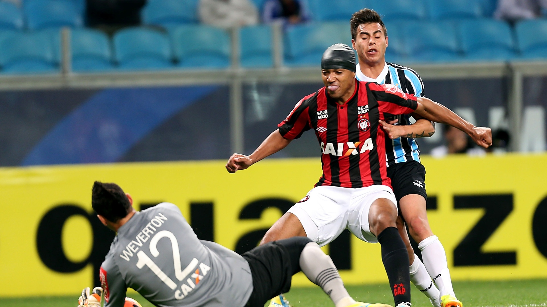 02.out.2013 - Luiz Alberto protege a bola para o goleiro Weverton e evita a chegada de Vargas