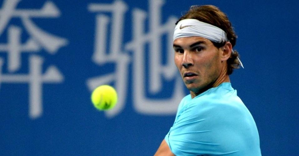 02.out.2013 - Rafael Nadal se concentra na bola durante a partida contra Philipp Kohlschreiber em Pequim