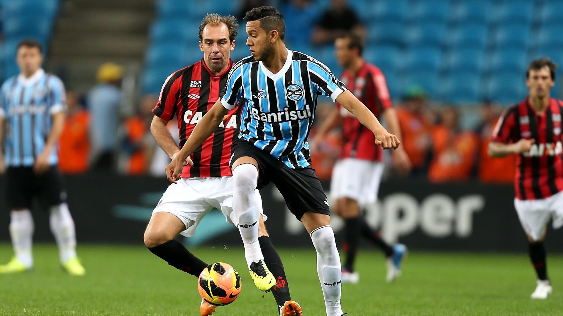 02.out.2013 - Souza, do Grêmio, e Paulo Baier, do Atlético-PR, em lance da 25ª rodada do Brasileirão
