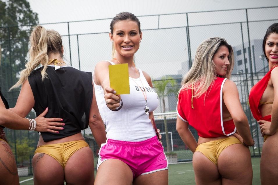 Andressa Urach apita jogo de futebol com candidatas do Miss Bumbum Brasil 2013, na Lapa, zona oeste da cidade