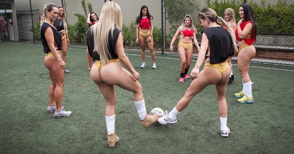 Candidatas ao Miss Bumbum Brasil 2013 disputam partida de futebol em São Paulo
