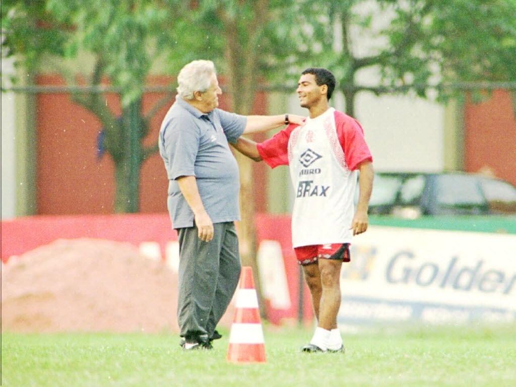 Washington Rodrigues, o Apolinho, ex-técnico do Flamengo, com Romário