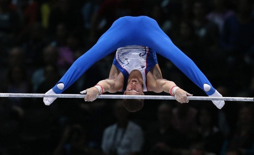 03.10.2013 - Arnaud Willing, da França. fica em uma posição engraçada durante exercício no Mundial de Ginástica