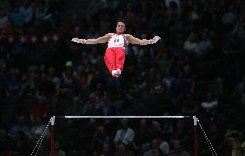 03.10.2013 - Pablo Braegger, da Suíça, se apresenta na barra na final do Individual Geral do Mundial de Ginástica