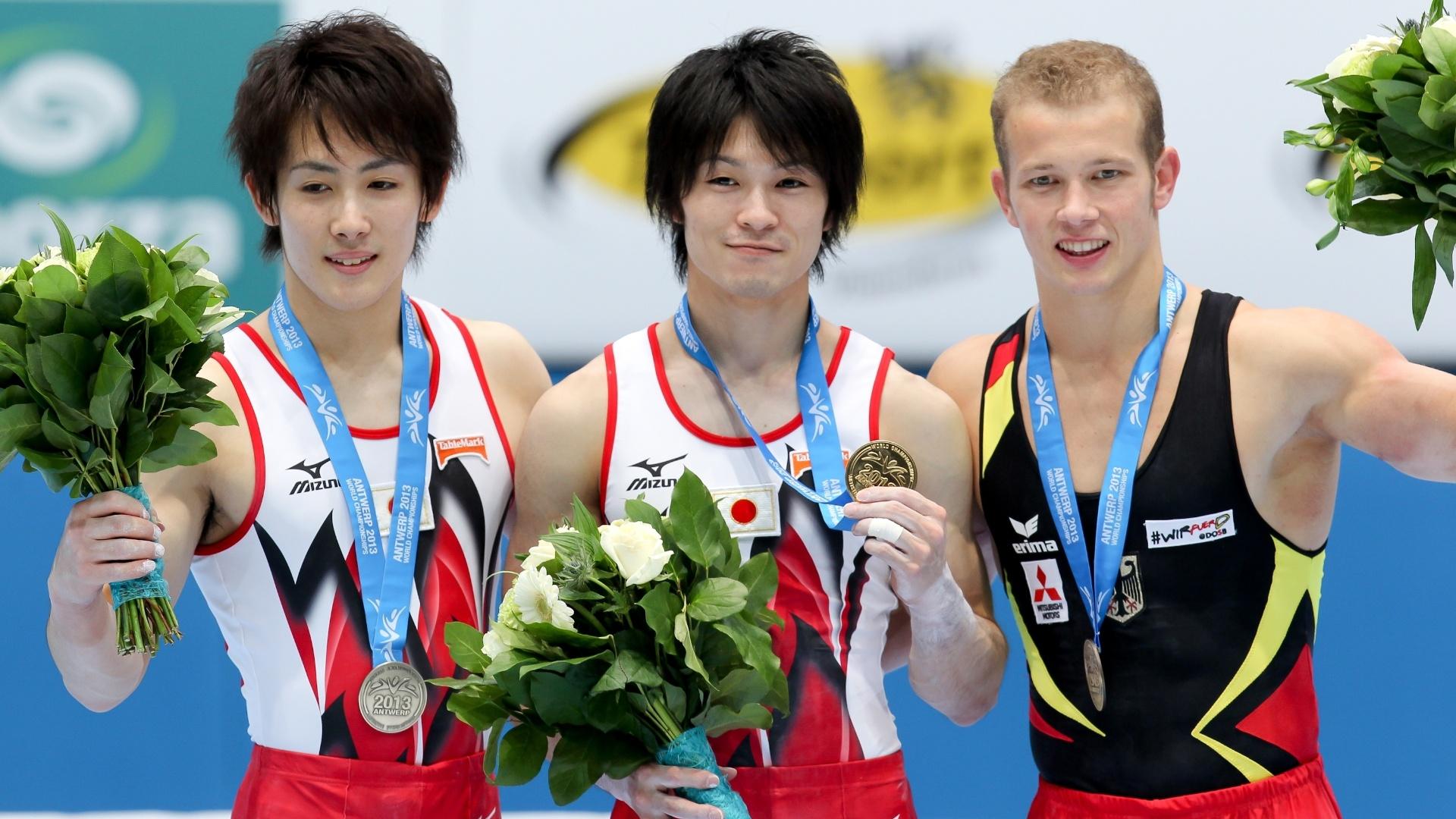 03.10.2013 - Ryohei Kato, Kohei Uchimura e Fabian Hambuechen, da Alemanha, posam com as medalhas do Individual Geral no Mundial da Antuérpia