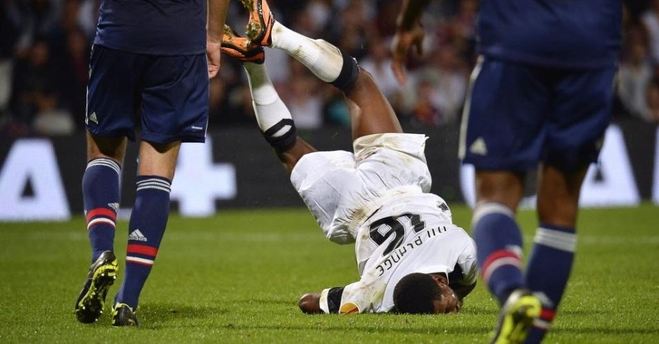 03.out.2013 - Nii Plange cai com o rosto no gramado durante partida entre Vitória de Guimarães e Lyon pela Liga Europa