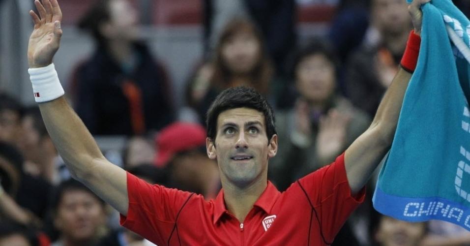 03.out.2013 - Novak Djokovic acena para a torcida após derrotar Fernando Verdasco nas oitavas do torneio de Pequim