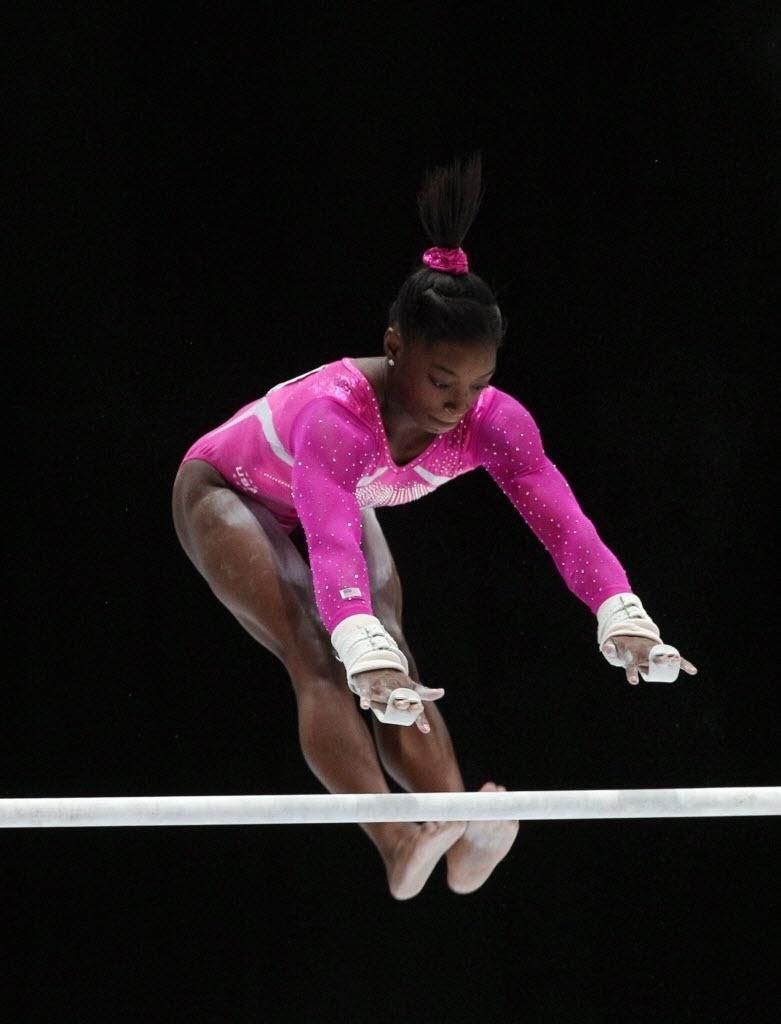 04.10.2013 - Simone Biles, de 16 anos, se apresenta nas barras assimétricas na final do individual geral no Mundial da Antuérpia