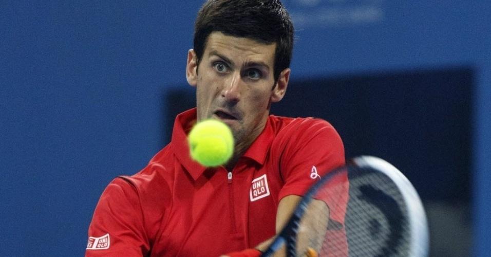 04.out.2013 - Novak Djokovic rebate bola durante a vitória sobre Sam Querrey em Pequim