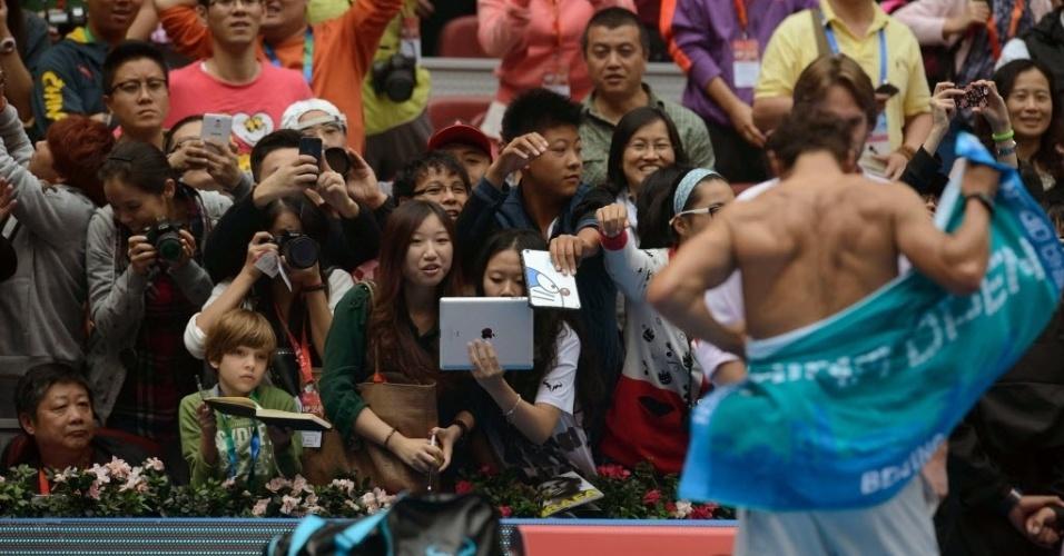 04.out.2013 - Torcida chinesa tenta tirar foto de Rafael Nadal enquanto o espanhol troca de camisa