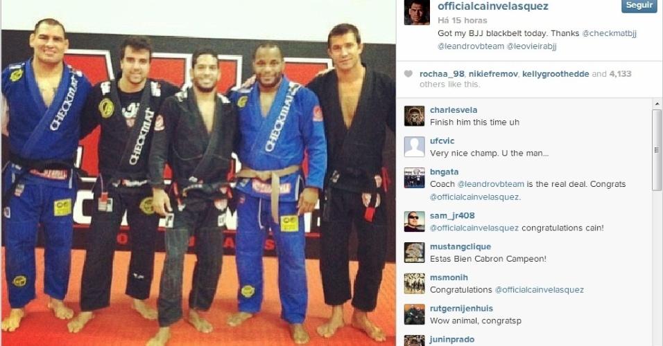 Cain Velásquez recebe sua faixa preta de jiu-jítsu pouco antes de encarar Júnior Cigano no UFC 166, em defesa do cinturão dos pesos pesados do Ultimate. Quem também foi graduado foi Daniel Cormier, agora um faixa-marrom