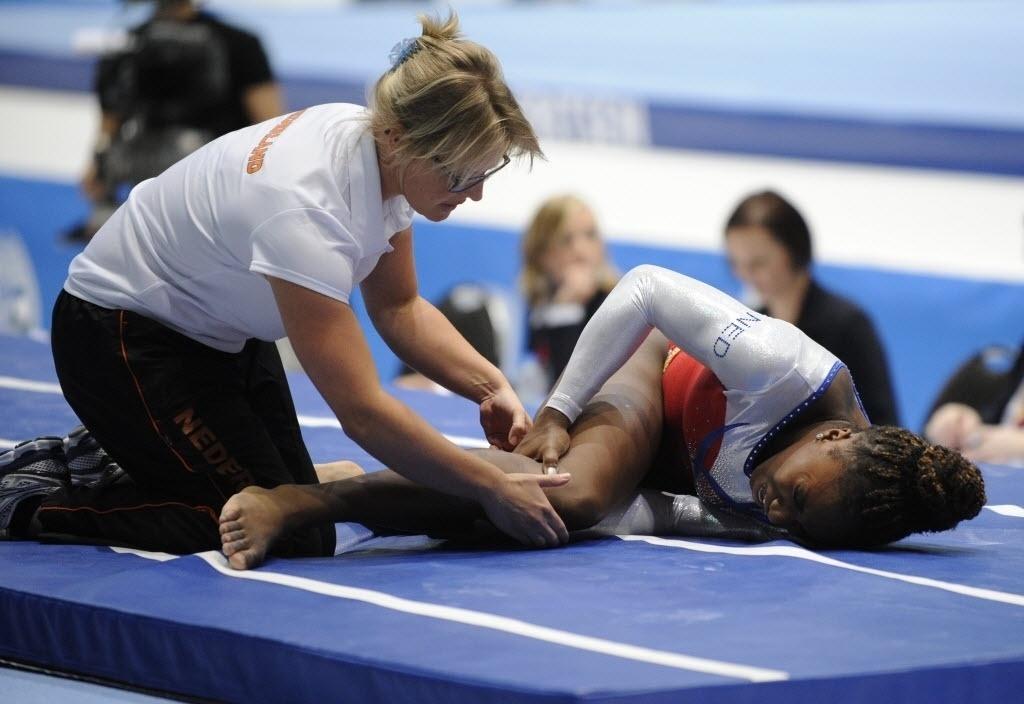 05.10.2013 - Ginasta holandesa Chantysha Netteb recebe primeiro atendimento após lesionar o joelho na final do salto
