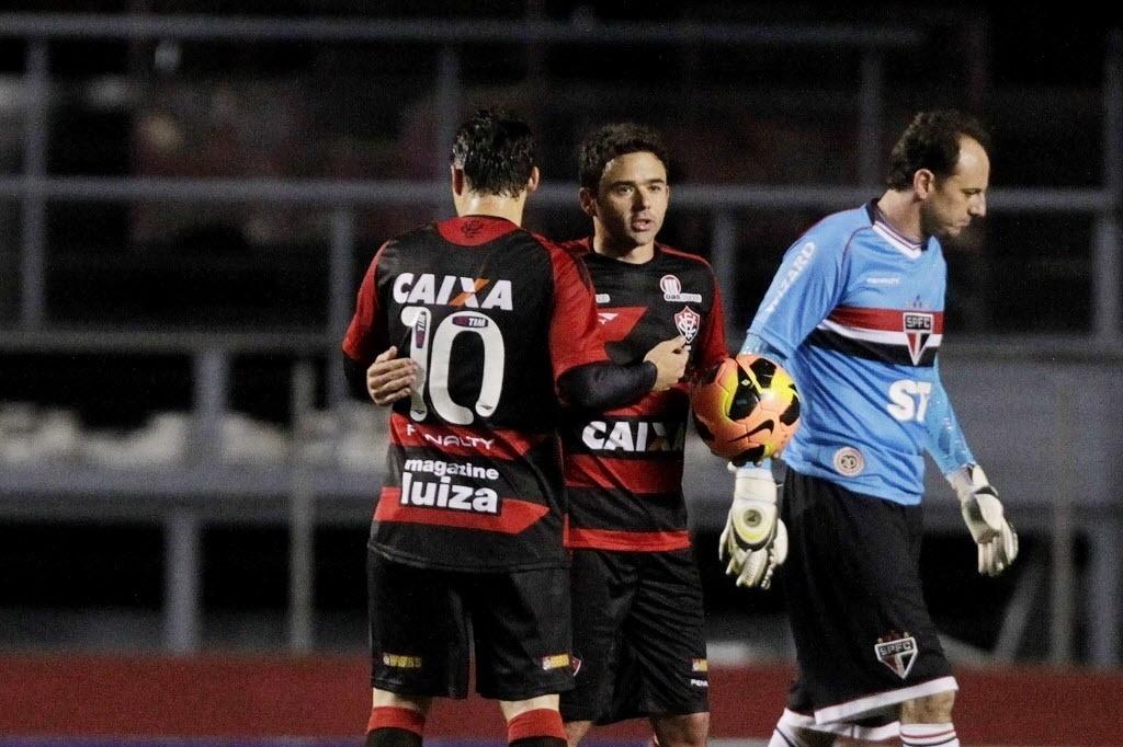 05.out.2013 - Juan abraça Renato Cajá após marcar gol do Vitória diante do São Paulo, de Rogério Ceni