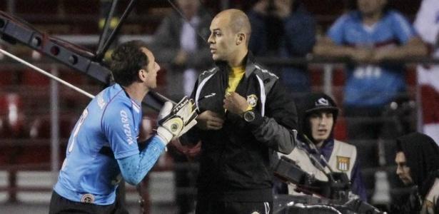 Rogério Ceni reclama de pênalti marcado a favor do Vitória com árbitro assistente