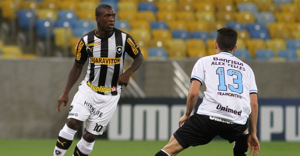 05.out.2013 - Seedorf, do Botafogo, é observado de perto por Alex Telles, do Grêmio, durante partida no Maracanã