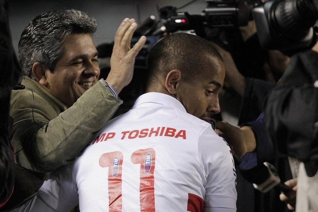 05.out.2013 - Técnico Ney Franco cumprimenta o atacante Ademílson antes do jogo entre São Paulo e Vitória